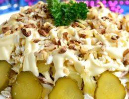 салат с солеными огурцами и орешками