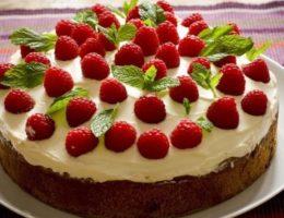вкусный торт с ягодами и мятой