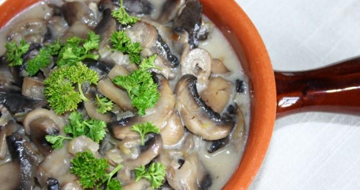 тушеные грибы с зеленью
