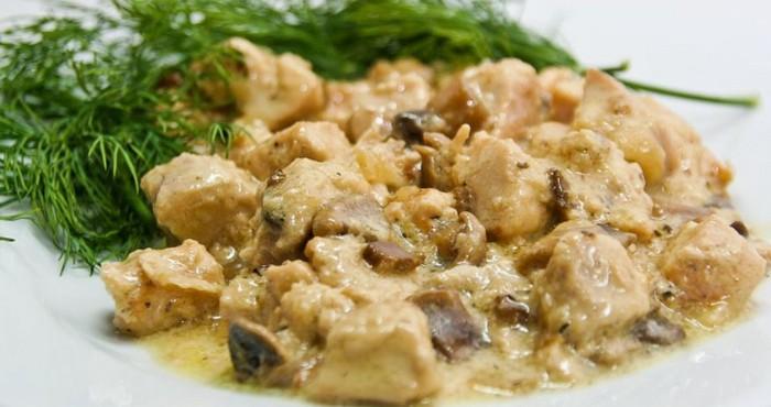 сытное блюдо с куриным филе и шампиньонами
